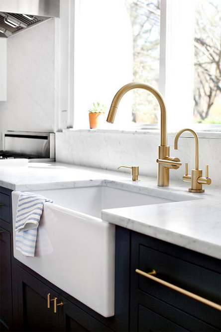 white-farmhouse-sink-gold-faucet